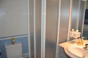 A bathroom at Edificio Falésia Marina 2