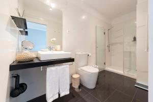 Uma casa de banho em Le Petit Chateau Apartments Porto