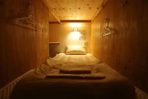 Tempat tidur dalam kamar di Fuku Hostel Namba