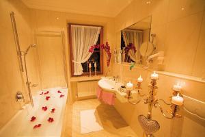 A bathroom at Gartenhotel Maria Theresia