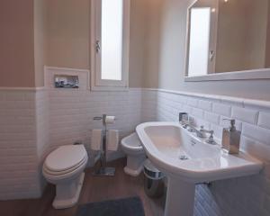 Un baño de Apartments Florence- Palazzo Pitti