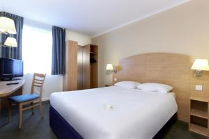 A bed or beds in a room at Campanile Hotel Glasgow SECC Hydro