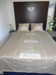 Een bed of bedden in een kamer bij Hôtel Des Arcades