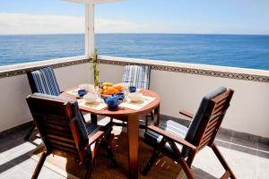 A balcony or terrace at Frontbeach apartment in paradise