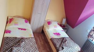 A bed or beds in a room at Pokoje Goscinne U Janki