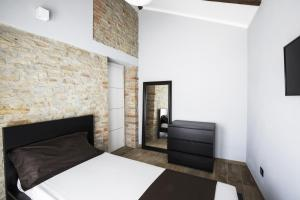 Een bed of bedden in een kamer bij Villa Barbero Alba Langhe