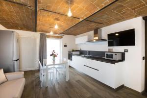 Een keuken of kitchenette bij Villa Barbero Alba Langhe