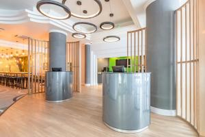 The lobby or reception area at Thistle Express London, Luton