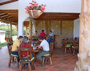 Un restaurante o sitio para comer en Hotel Estorake San Agustin Huila
