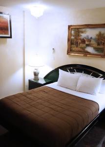 Кровать или кровати в номере Louvre Hotel NYC