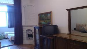 Uma TV ou centro de entretenimento em Апартамент с двумя спальнями около Бульвара.