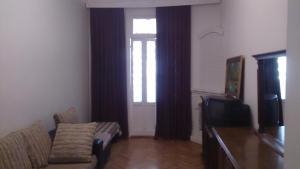 Uma área de estar em Апартамент с двумя спальнями около Бульвара.
