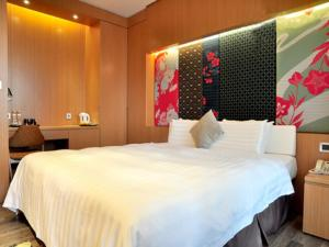 A bed or beds in a room at The Sun Hot Spring & Resort
