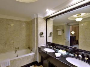 A bathroom at Evergreen Laurel Hotel Bangkok