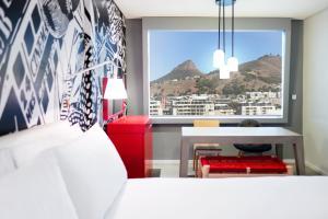 Кровать или кровати в номере Radisson RED Hotel V&A Waterfront Cape Town