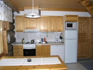 A kitchen or kitchenette at Holiday Home Lumikumpu