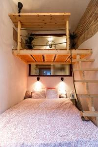 A bed or beds in a room at Historical Wine Apartment