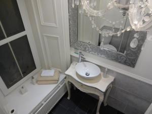 A bathroom at Lochnagar Guest House