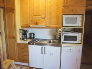 A kitchen or kitchenette at Holiday Home Saapungin lomat - suvituuli
