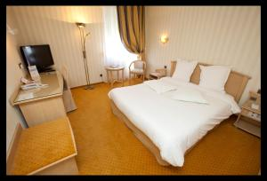 A bed or beds in a room at Best Western Plus La Fayette Hotel et SPA