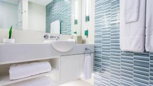 A bathroom at OZO Chaweng Samui - SHA Plus