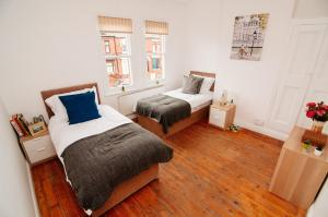 A bed or beds in a room at Rockingham House