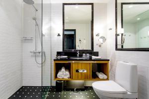 Łazienka w obiekcie Hotel Lilla Roberts