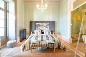 Een bed of bedden in een kamer bij Charm Palace