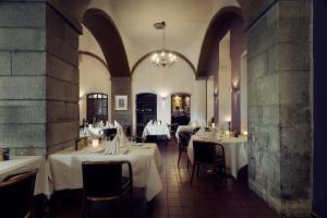 A restaurant or other place to eat at Hotel- en Restaurant Kasteel Elsloo