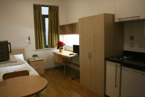 A cozinha ou cozinha compacta de LSE Grosvenor House