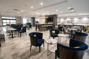 A restaurant or other place to eat at Wingate by Wyndham Dallas Love Field