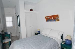 Säng eller sängar i ett rum på Anthousa Hotel