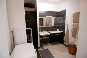 Salle de bains dans l'établissement Maison d'Hôtes des 2 Chênes