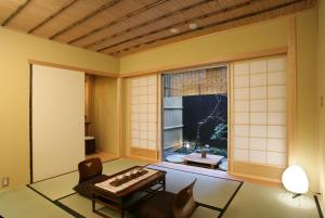 A television and/or entertainment center at Kyomachiya Ryokan Sakura Hongan-G