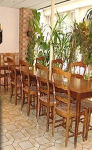 A restaurant or other place to eat at Hôtel Jarry Confort