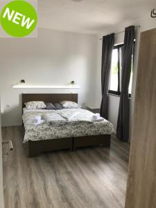 A bed or beds in a room at 16 Lakes Rooms
