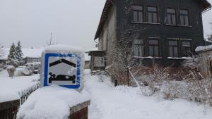 Alte Schule im Winter