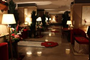 Um restaurante ou outro lugar para comer em Abha Crown Hotel