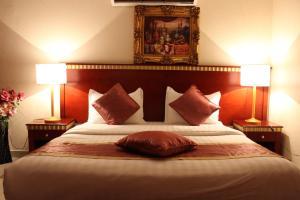 Cama ou camas em um quarto em Abha Crown Hotel