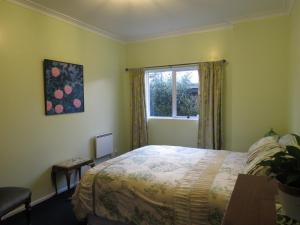 A bed or beds in a room at Silvereye Retreat
