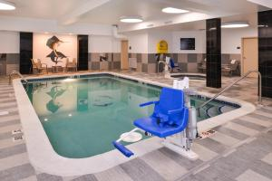 The swimming pool at or close to Hampton Inn & Suites Denver-Speer Boulevard