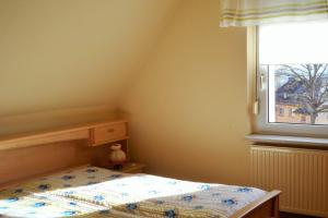 A bed or beds in a room at Ferienwohnung-Kuechler