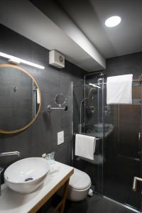 A bathroom at Hotel Sana