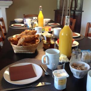 Breakfast options available to guests at Les Jardins d'Anna - Chambres d'hôtes