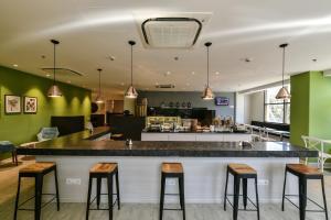 The lounge or bar area at Urbanpod Hotel