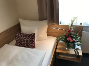 A bed or beds in a room at Hotel Kronprinz