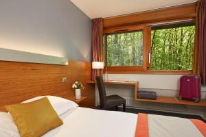 A bed or beds in a room at Hôtel Centre Port-Royal