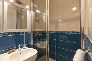 A bathroom at Hôtel Centre Port-Royal