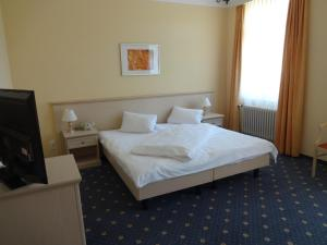 Кровать или кровати в номере Hotel Schweizerhof