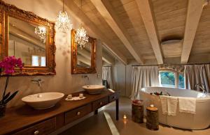A bathroom at La Vella Farga Hotel